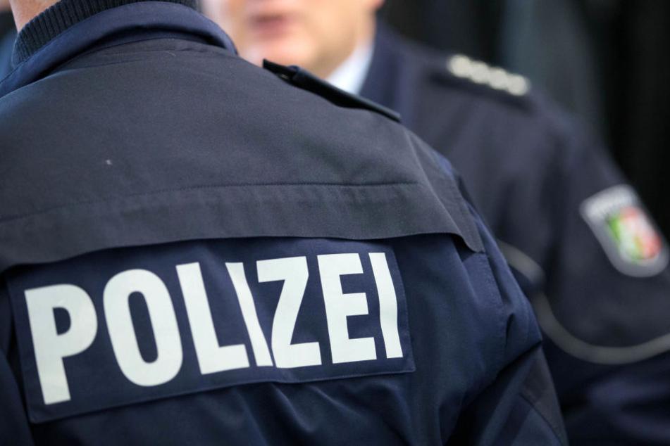 Der Verkehr auf der B214 wird von der Polizei umgeleitet. (Symbolbild)