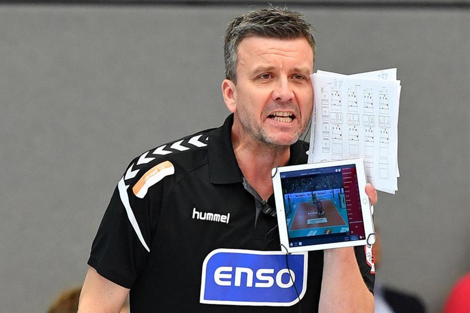 DSC-Coach Alex Waibl hat an seiner linken Hand ein Tablet. Mit dessen Hilfe kann er das Spiel live analysieren. Fotos: Lutz Hentschel