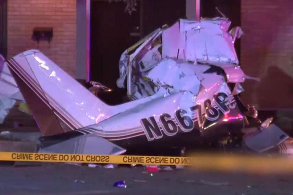 Flugzeug stürzt beim Landeanflug in Wohngebiet: Mehrere Tote