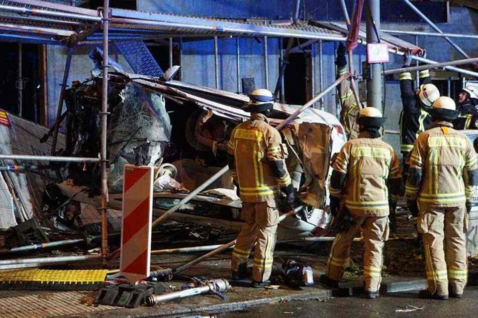 Kameraden der Feuerwehr an der Unfallstelle.