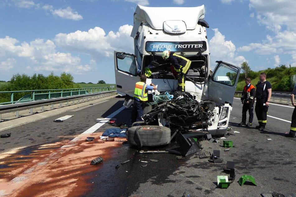 Laster fährt auf Stauende auf: Fahrer schwer verletzt, A4 gesperrt