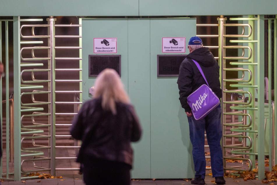 Der Paketdienst hat den Betrieb nach dem Tod zweier Mitarbeiter wieder aufgenommen.