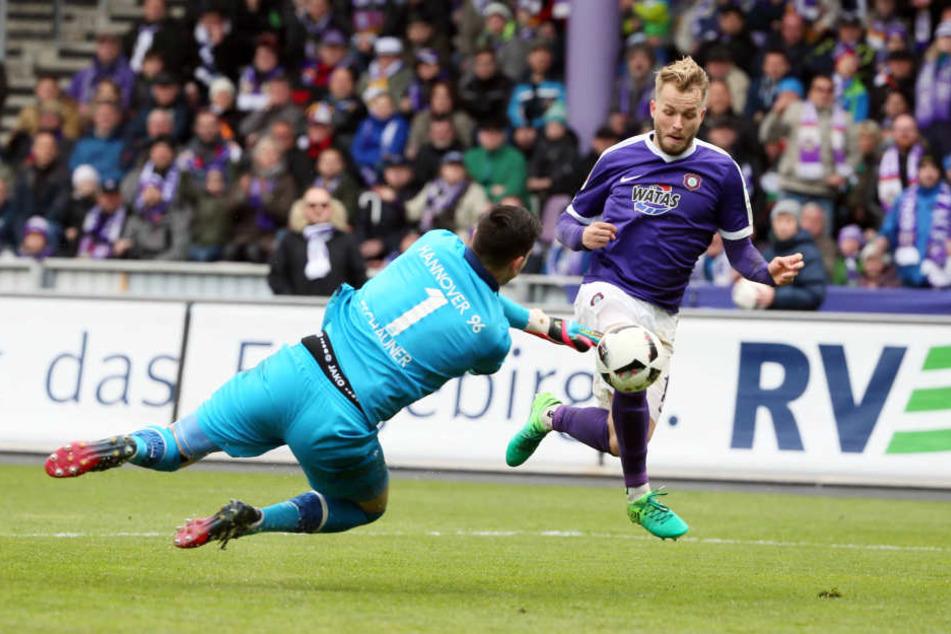 Pascal Köpke (Aue, r.) erzielt den Treffer zum 1:1. Ausgleich. Torwart Philipp Tschauner (Hannover) kann nicht verhindern.