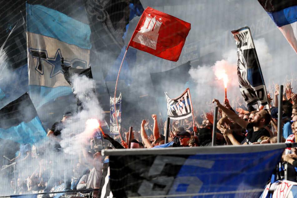 Nach dem Unentschieden im Hinspiel zündeten Fans Pyrotechnik.