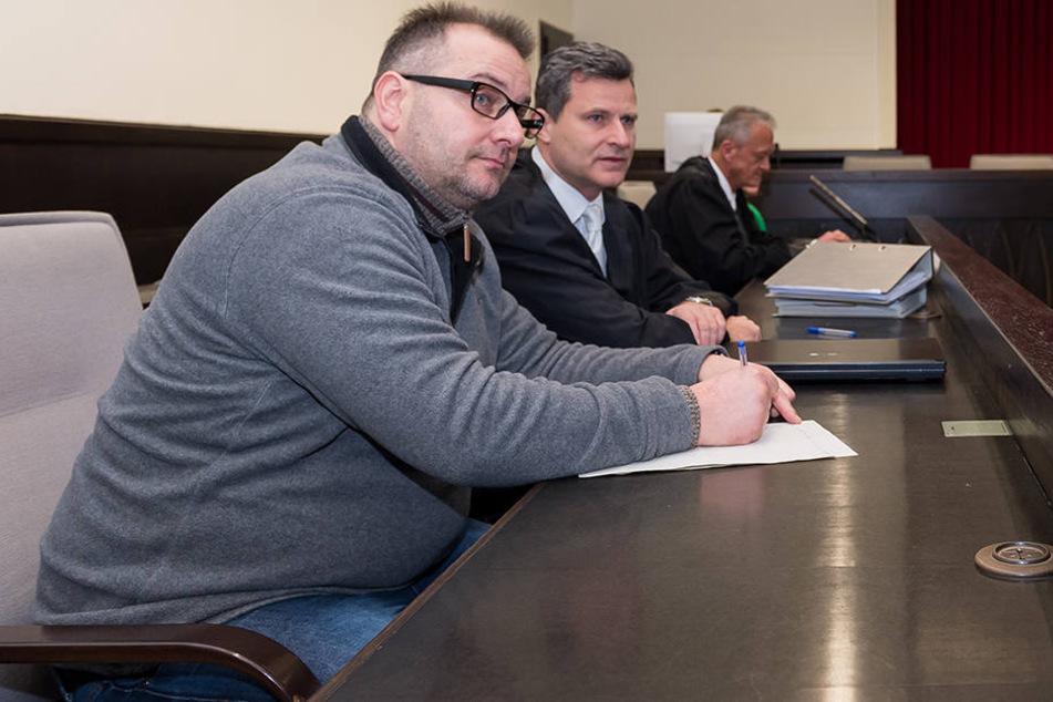 Bisher saß der Angeklagte nur da und notierte sich seine Gedanken zu den Aussagen der Zeugen.