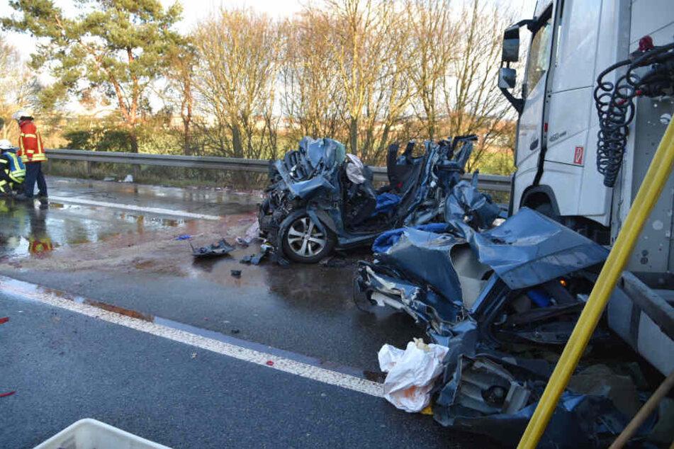 Der Lastwagen hatte zwei Autos unter einen Sattelzug geschoben.