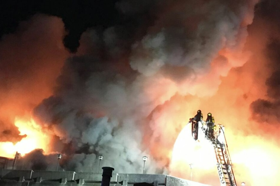 Grusel-Bilder: 100 Feuerwehrleute kämpfen gegen meterhohe Flammen