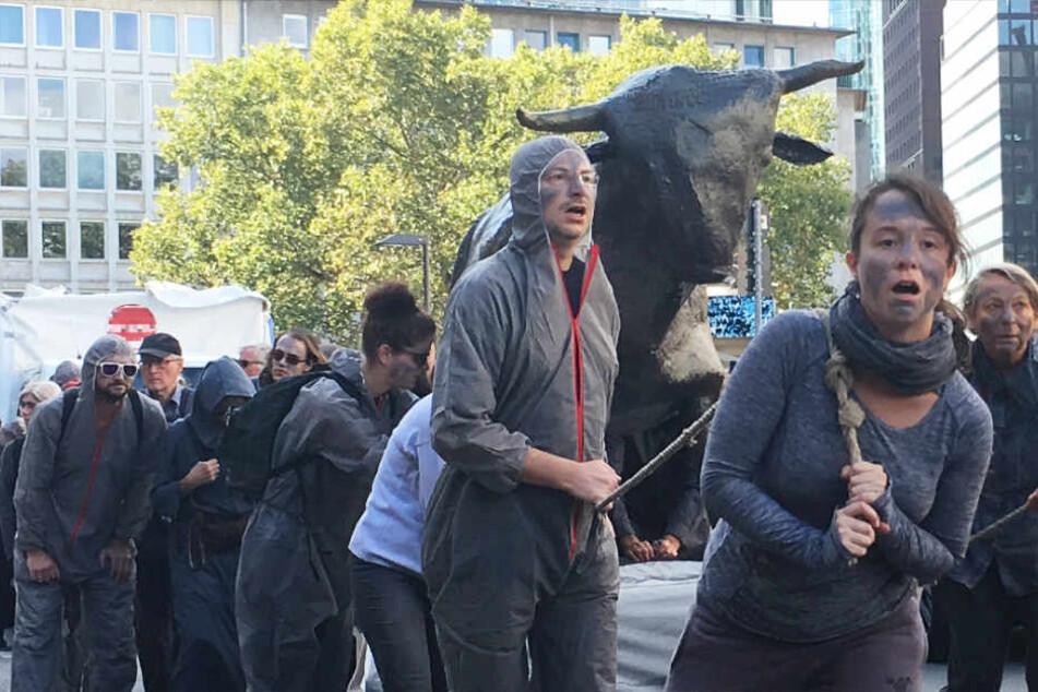 """Die Aktivisten zogen Nachbildungen von """"Bulle und Bär"""" durch Frankfurt."""