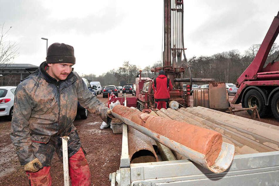 Mit Rotationskernbohrungen bis in eine Tiefe von 25 Metern nimmt Brunnenbauer Steven Kurth (26) die Tiefen unterm Hartmannplatz ins Visier.