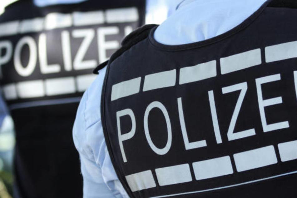 Mann liegt in seinem Blut tot in der Wohnung: Polizei nimmt drei Verdächtige fest