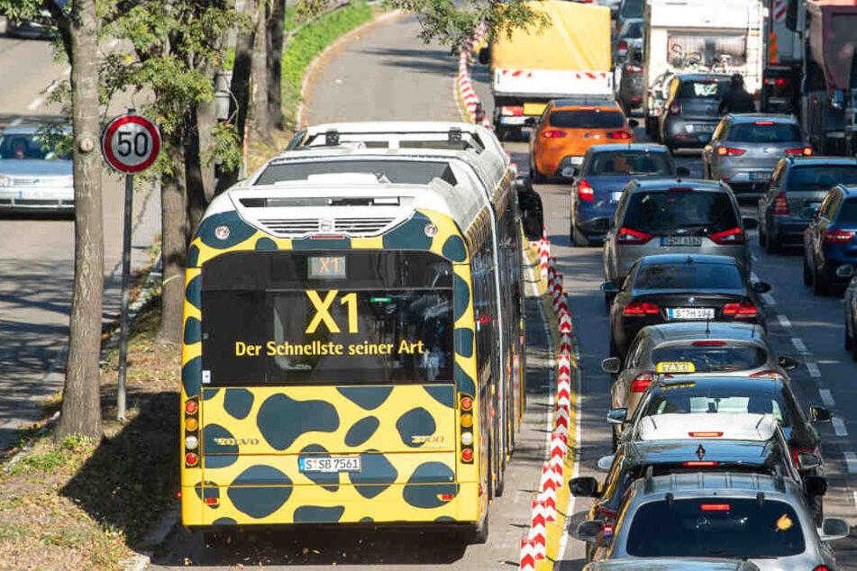 Der Schnellbus X1 fährt an stehenden Autos vorbei.