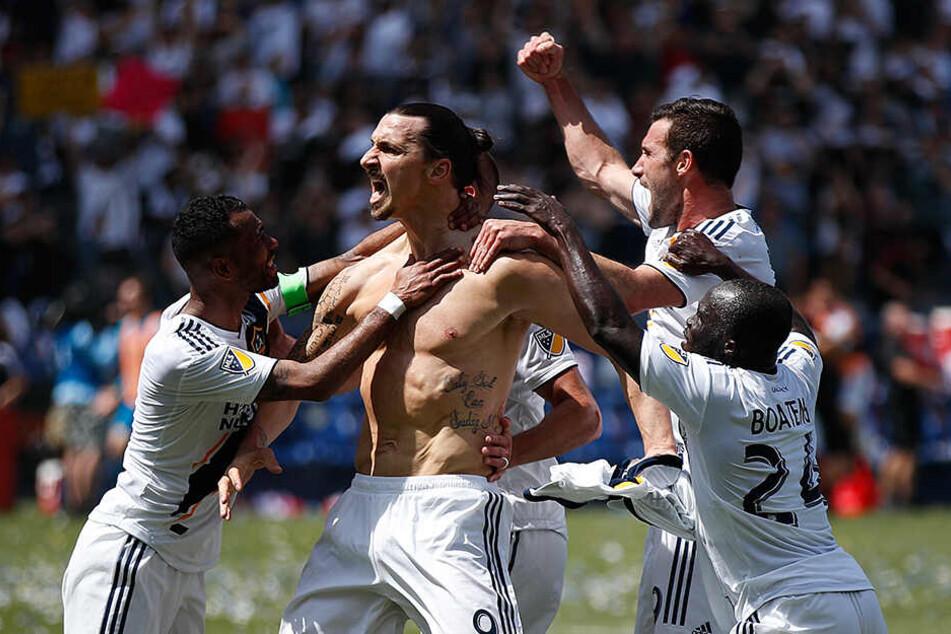 Bei seinem Debüt für LA Galaxy traf Ibra gleich zwei Mal. In der 71. Minute eingewechselt, drehte er mit zwei Toren einen 2:3 Rückstand in einen 4:3 Sieg für Galaxy gegen Stadtrivalen Los Angeles FC.