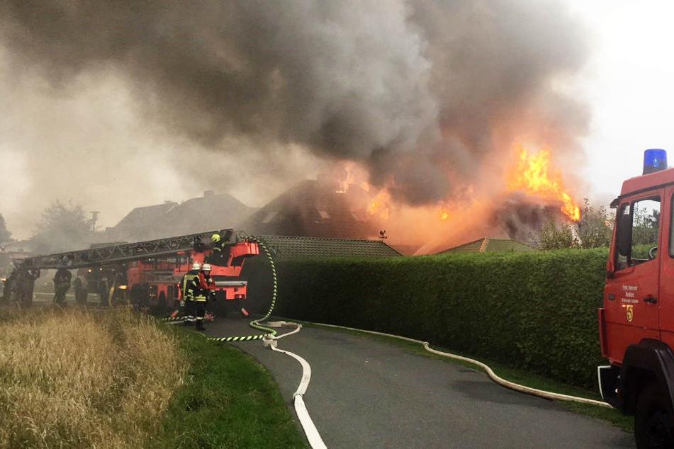 Wohnhaus brennt komplett nieder: Feuerwehr wird zum Lebensretter