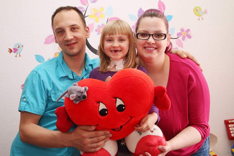 Ronny Drescher (32) und Franziska Mühlberg (33) unternehmen alles, um  Töchterchen Lia (5) ein einigermaßen normales Leben zu ermöglichen.