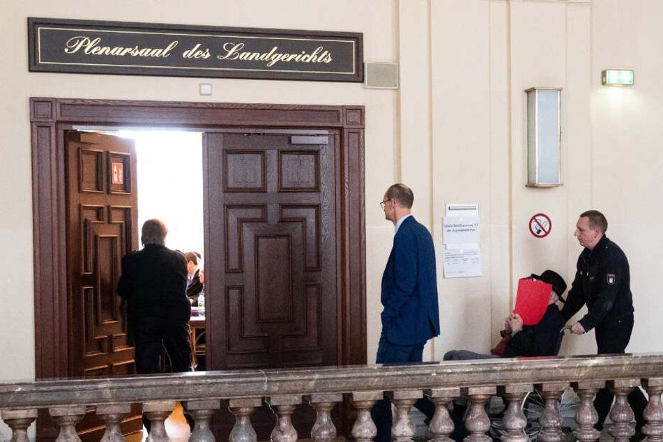 Bruno D. (zweiter von rechts) kommt nach einer Prozesspause wieder in den Gerichtssaal.