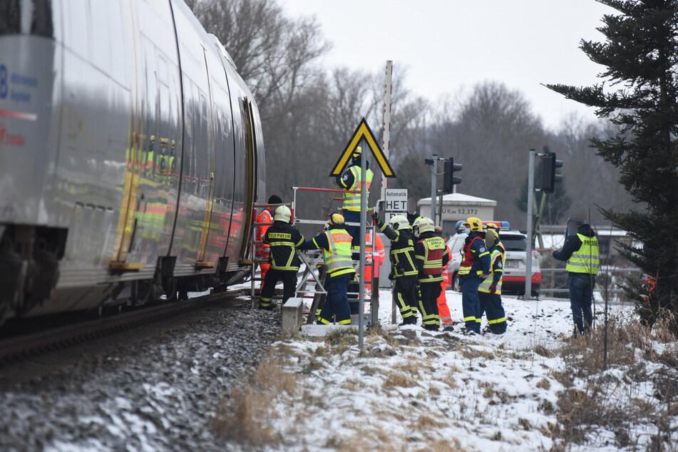 Der Regionalzug kam etwa 300 Meter nach dem Fußgängerüberweg an einem weiteren Bahnübergang zum Stehen. Mehrere Fahrgäste wurden vom Rettungsdienst aus der Bahn evakuiert.