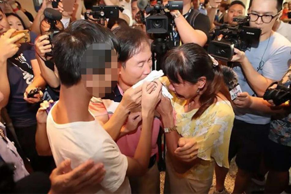 Emotionales Wiedersehen vor allen Dingen für seine Eltern. Yi Weifeng (21) wusste nicht, dass er einst entführt wurde.