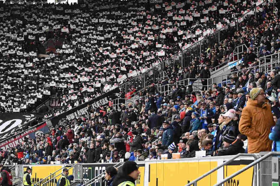 Die Fans beider Lager. Links eine Choreo der Eintracht-Fans. Links die Anhänger der TSG Hoffenheim.