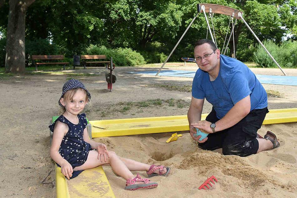 Andreas Engel (39) mit seiner Tochter Nele (4). So richtig glücklich mit dem einzigen Spielplatz in der Nähe ihrer Wohnung sind die beiden nicht.