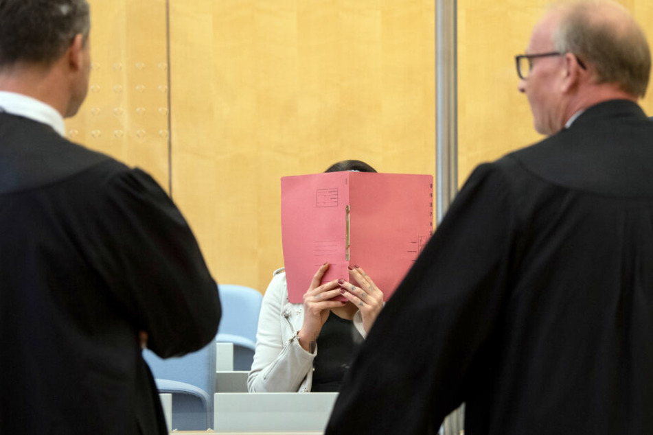 Die Angeklagte sitzt im Gerichtsaal 2 der Außenstelle des Oberlandesgerichtes, während sie sich mit ihren Anwälten Detlev Binder (l) und Hannes Linke unterhält.