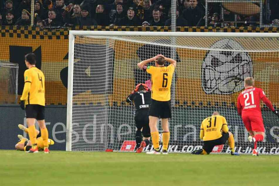 Nach dem unglücklichen 2:1-Anschlusstreffer der Bielefelder schlägt Marco Hartmann die Hände über dem Kopf zusammen. Auch Brian Hamalainen (am Boden) ist enttäuscht.