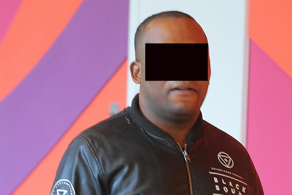 """Hat er sich vergriffen? Christian O. (40) steht wegen """"tätlicher Beleidigungen"""" vor Gericht."""