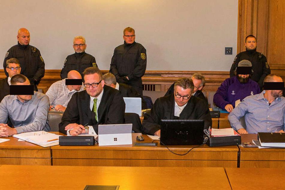 Laut Meinung der Staatsanwaltschaft und der Nebenklage sollen die vier Angeklagten Ferenc B. (42), Stefan S. (33), Marcus M. (36) und Frank M. (47, v.l.n.r.) wegen gemeinschaftlichen Mordes lebenslang hinter Gitter.