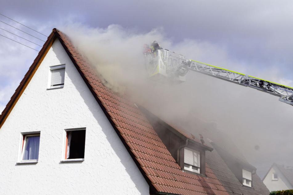 Dichter Qualm dringt aus dem brennenden Haus.