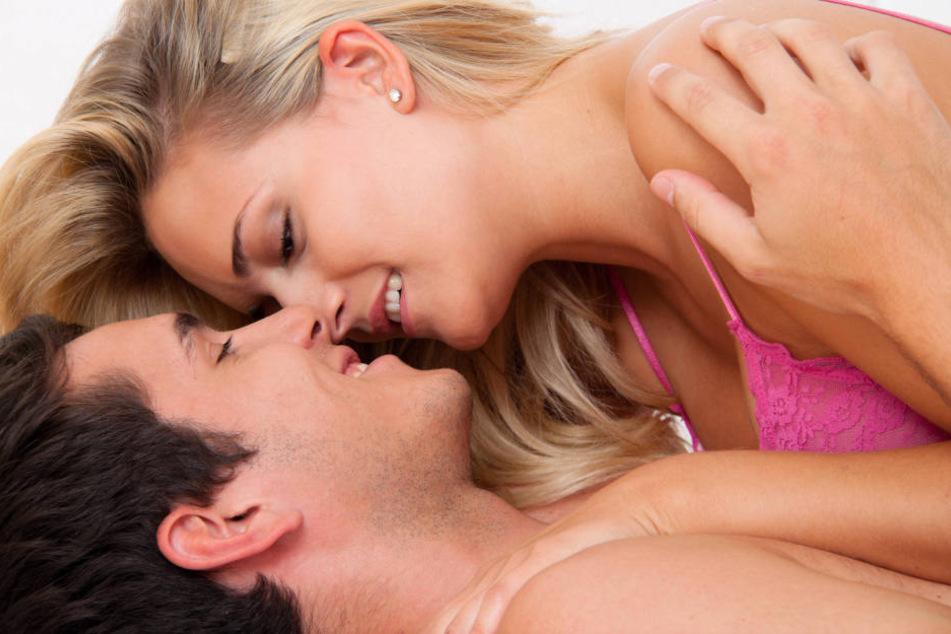 Viele Paare würden gerne mal etwas Neues im Bett ausprobieren.