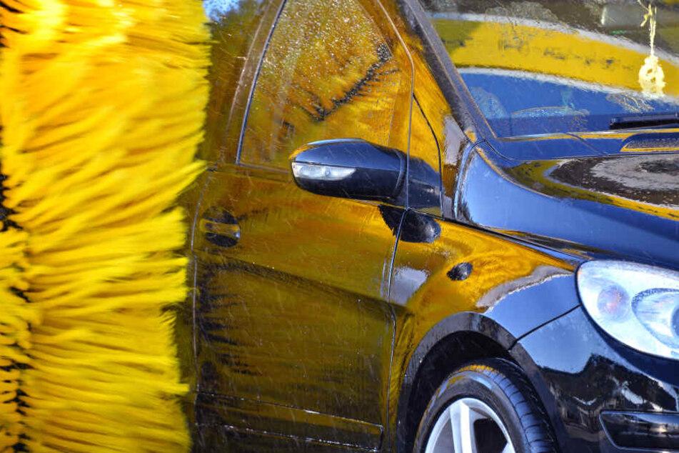 Auto von Rentner verkeilt sich in Waschanlage: Seine Reaktion ist unfassbar