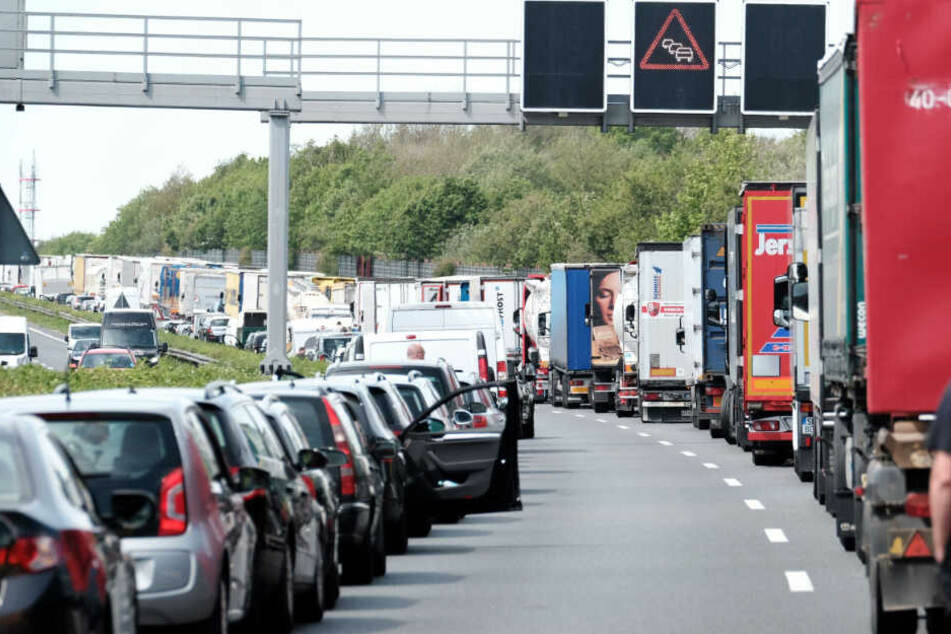 BMW-Fahrer wendet im Stau, rast durch Rettungsgasse: Der Grund ist unglaublich