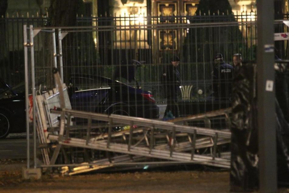 Direkt vor der russischen Botschaft in Berlin ist ein verdächtiger Gegenstand gefunden worden.