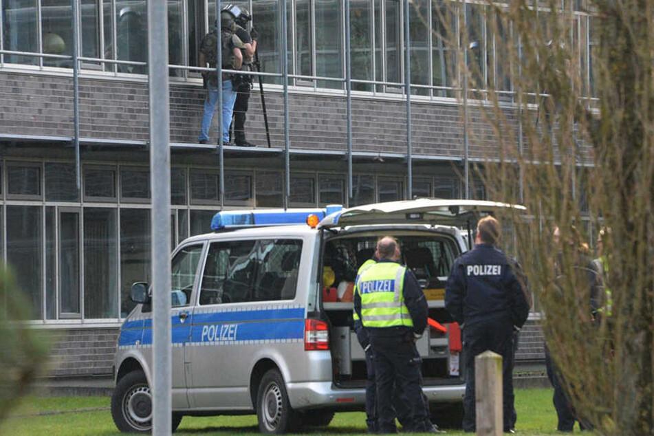 SEK-Beamte sprachen mit dem Mann durch ein Fenster, um ihn zur Aufgabe zu bewegen.