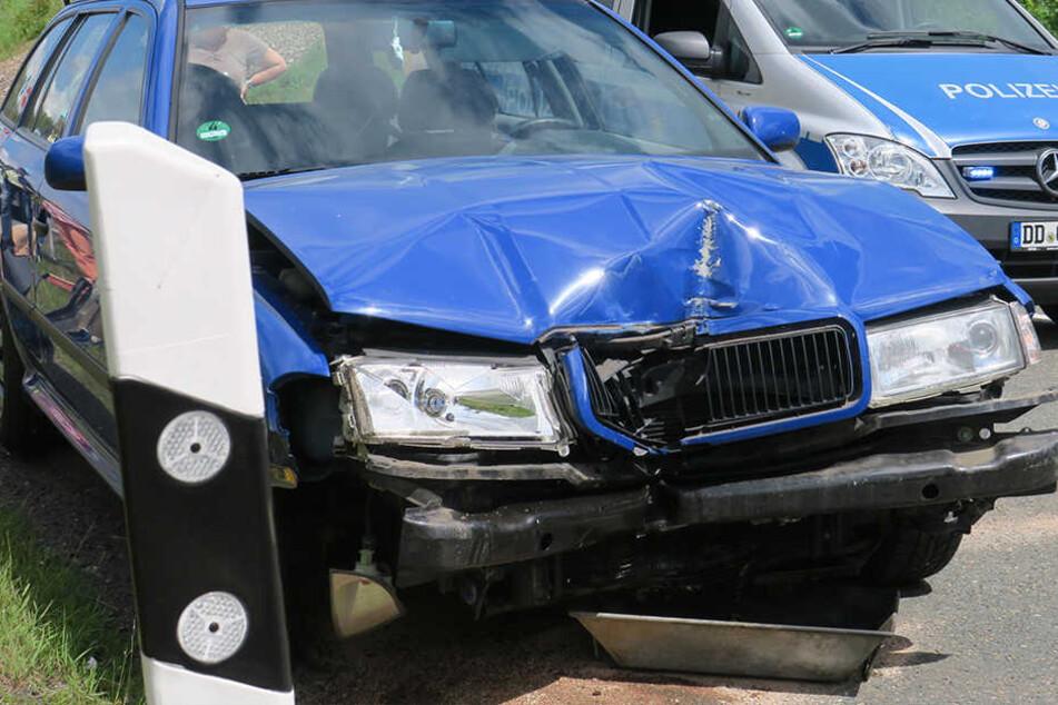 Der Skoda war frontal gegen zwei Schilder gefahren.