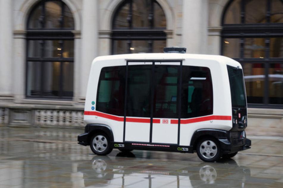 Neue Mobilität in Hamburg nimmt Fahrt auf: Ein selbstfahrender Kleinbus düste schon durch den Innenhof des Rathauses.