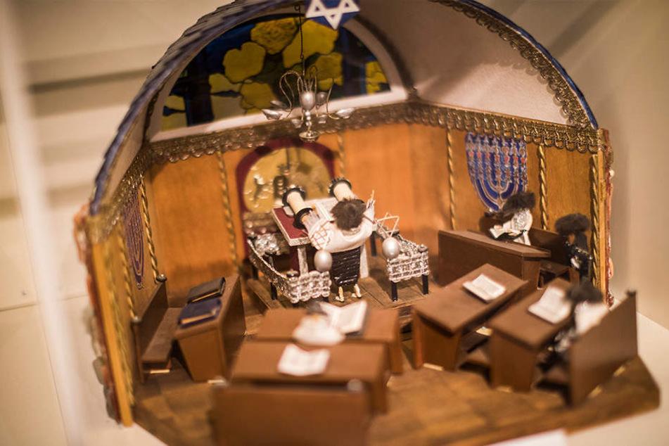 """Dieses Miniaturmodell von """"Mosche"""" Samter zeigt den Gebetsraum der Synagoge, die er als Kind regelmäßig besuchte. Seit mehr als 30 Jahren baut der Israeli Orte seiner Kindheit in Sachsen nach."""