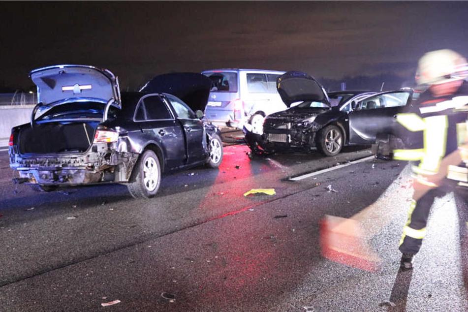 Zwei Menschen wurden durch die Unfälle auf der Autobahn 5 verletzt.