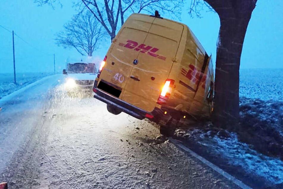 Paket-Auto gerät auf glatter Straße ins Schlingern und landet im Graben