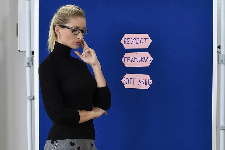 Eine Lehrerin vor einer Tafel.