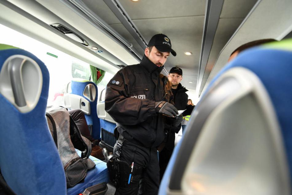 Die Polizei kontrollierten den Bus, weil er falsch geparkt war. Dabei stellten sie fest, dass der Busfahrer gar keinen Mietvertrag hatte. (Symbolbild)