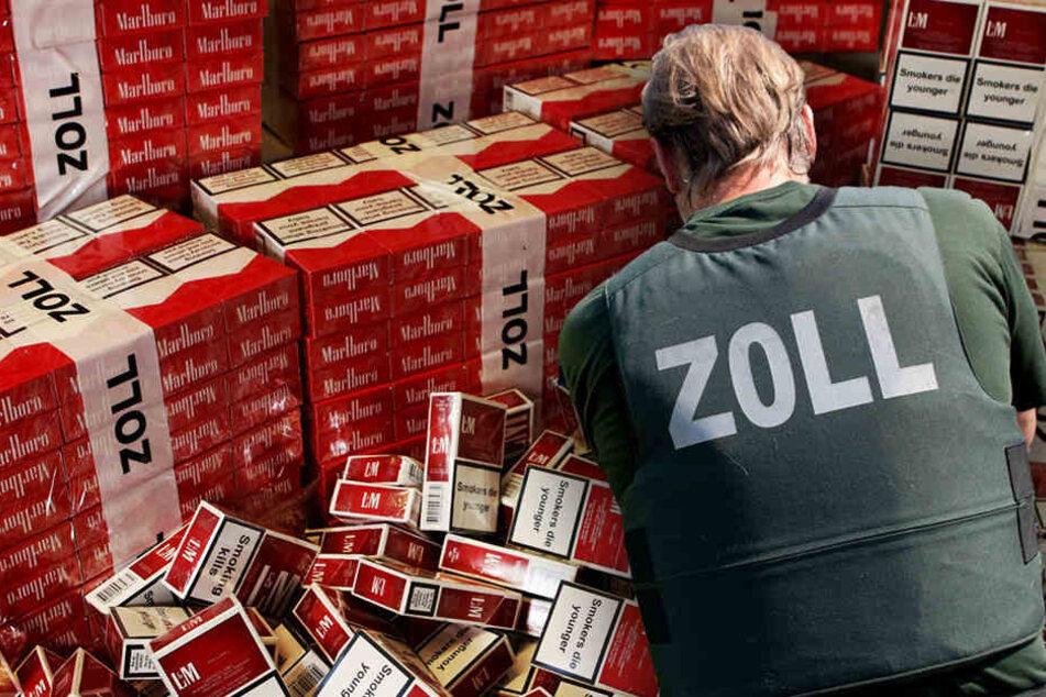 130.000 unversteuerte Zigaretten fanden die Beamten in einem Auto in Friedrichsfelde. (Symbolbild)