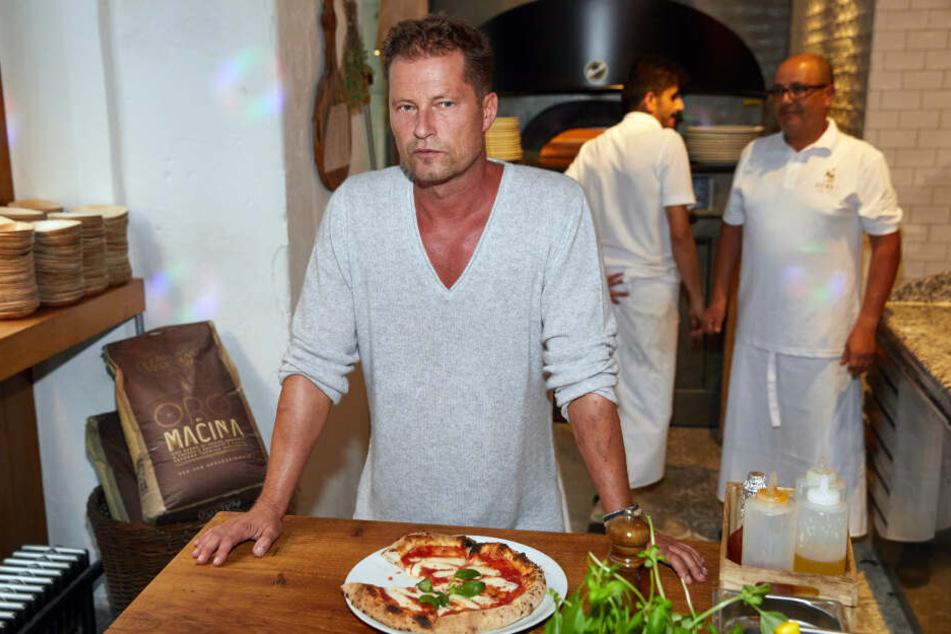 """Til Schweiger, Schauspieler, steht in seinem Restaurant """"Barefood Deli""""."""