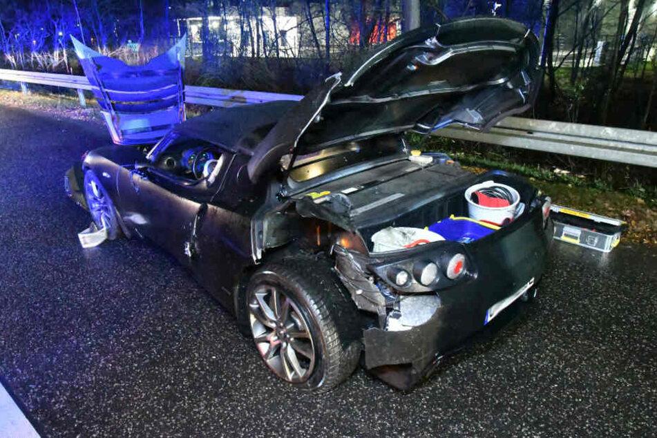 Da das Sportauto einen Elektroantrieb hatte, mussten sich die Rettungskräfte besonders vorsichtig vorgehen.