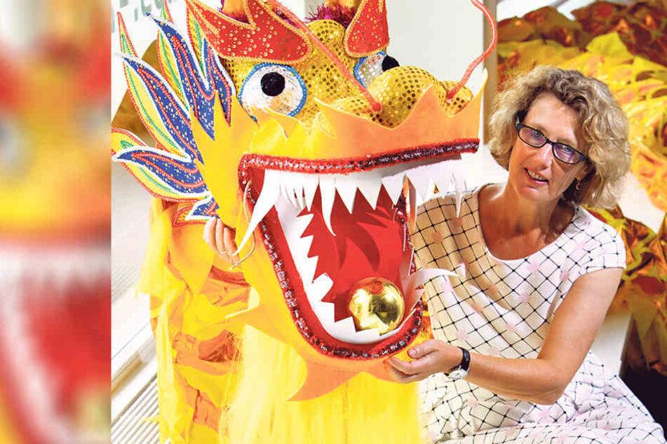 Museumsdirektorin Dr. Sabine Wolfram (56) hofft auf gute Gebote für ihren  vietnamesischen Drachen aus Polyester.