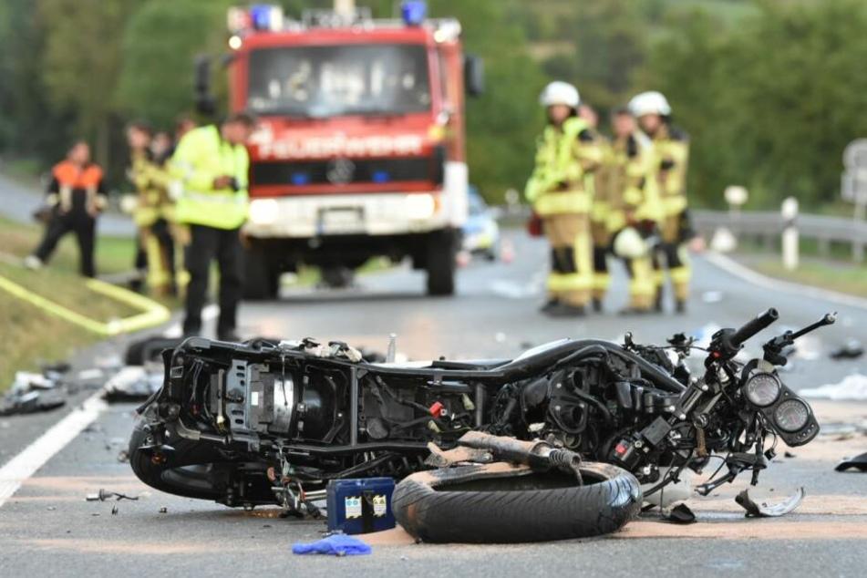 Missglücktes Überholmanöver: Motorradfahrer (20) stirbt nach schwerem Unfall