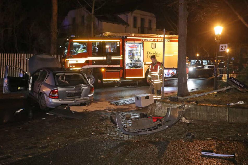 Rettungskräfte der Feuerwehr Dresden im Einsatz.