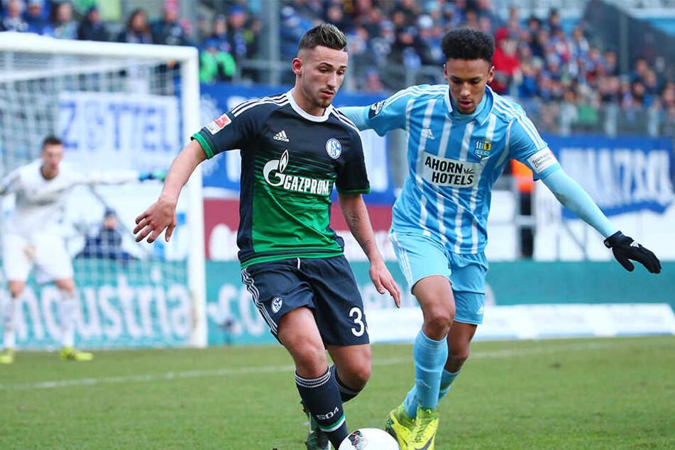 14. Januar 2017: Jamil Dem (r.) im Zweikampf mit dem Schalker Donis Avdijaj bei seinem bislang letzten Einsatz für den Chemnitzer FC.