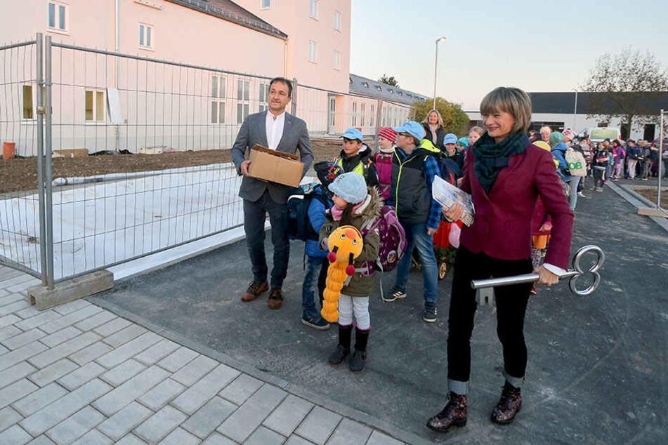 Riesen Türöffner: OB Barbara Ludwig (56, SPD) übergab den Schlüssel des neuen Schulgebäudes an Schulleiter Tilo Oeser.