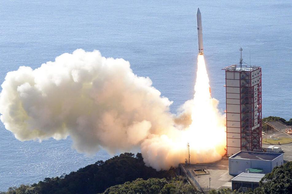 Eine Epsilon-4-Rakete startet vom japanischen Weltraumbahnhof Uchinoura aus in den Weltraum. In ihr befinden sich Satelliten, darunter ein Satellit, welcher künftig Sternschnuppen auf Bestellung ermöglichen soll.