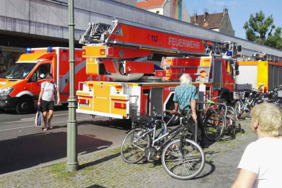 Vier Löschfahrzeuge der Feuerwehr sind am Freitagnachmittag am Bahnhof Neukölln vor Ort.